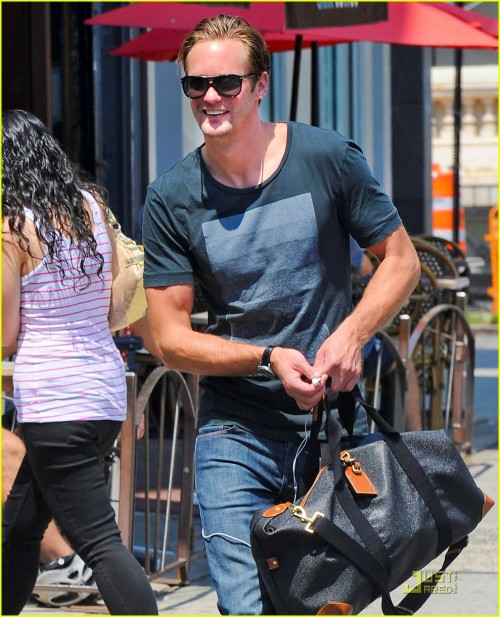 alexander-skarsgard-fan-friendly-nyc-02.jpg